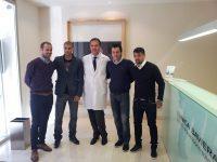 Oftalmólogo posa con miembros de la SD Huesca después de una revisión