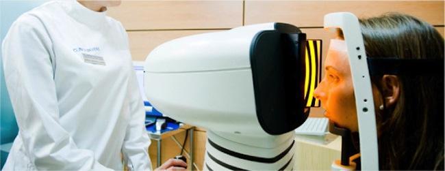 Paciente durante prueba en primera consulta de oftalmología