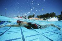 Chica nadando debajo del agua