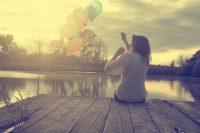 Mujer soltando unos globos