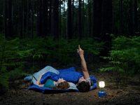 Pareja de camping mirando las estrellas
