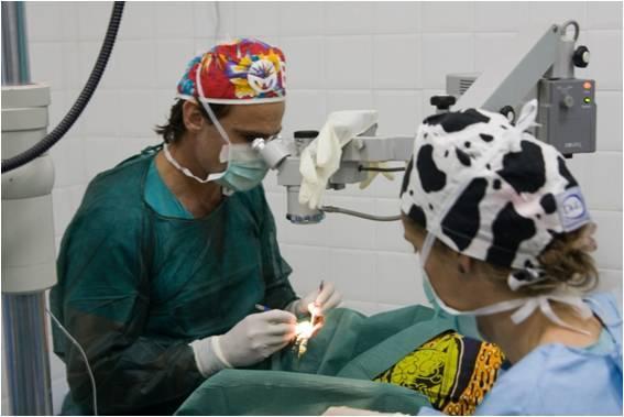 Dr. Jaime Javaloy durante una operación en un viaje solidario
