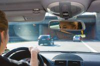 Interior coche mientras conduce mujer rubia
