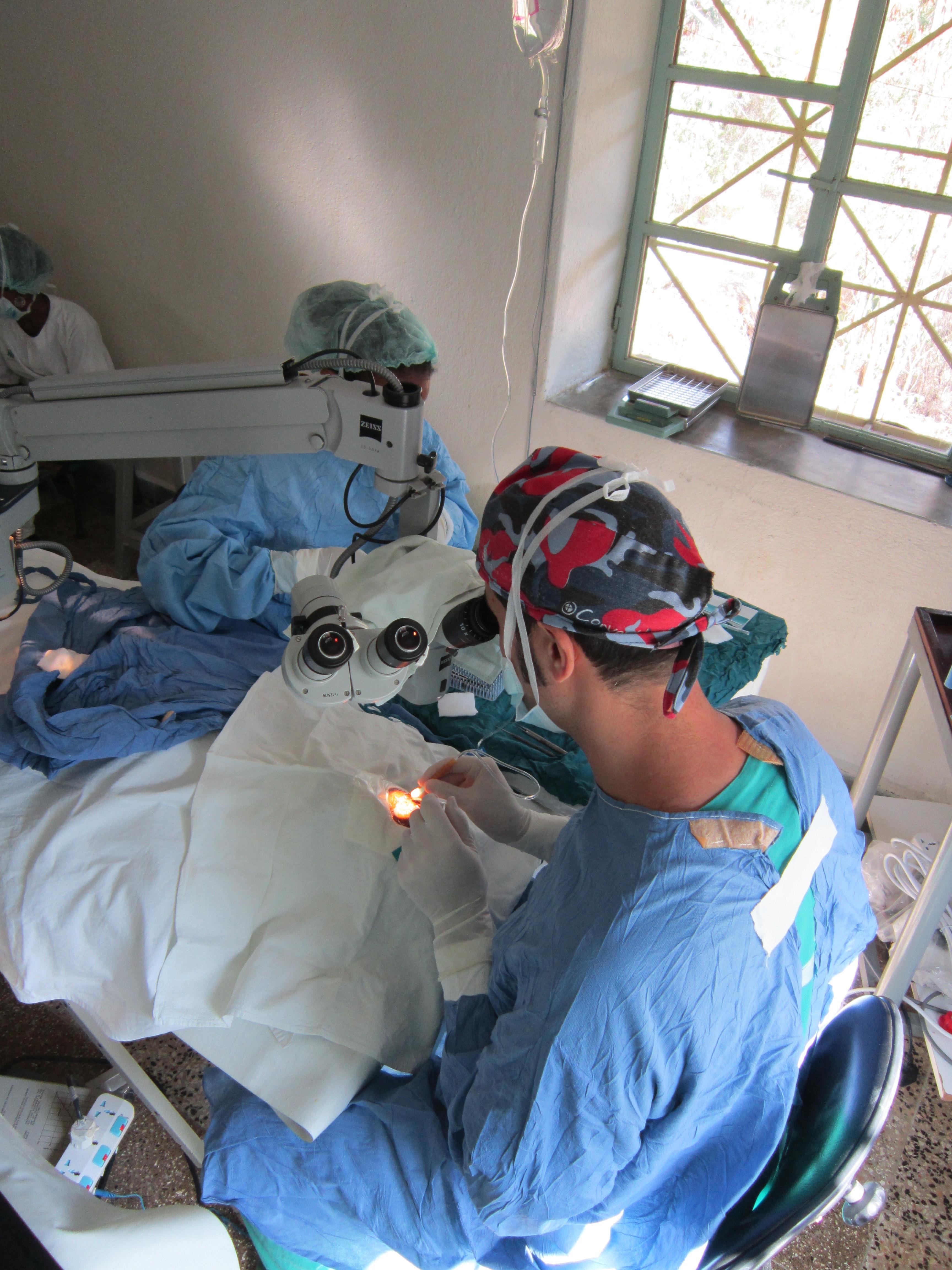 Dr. Jorge Lorenzo durante una de las sesiones de cirugía