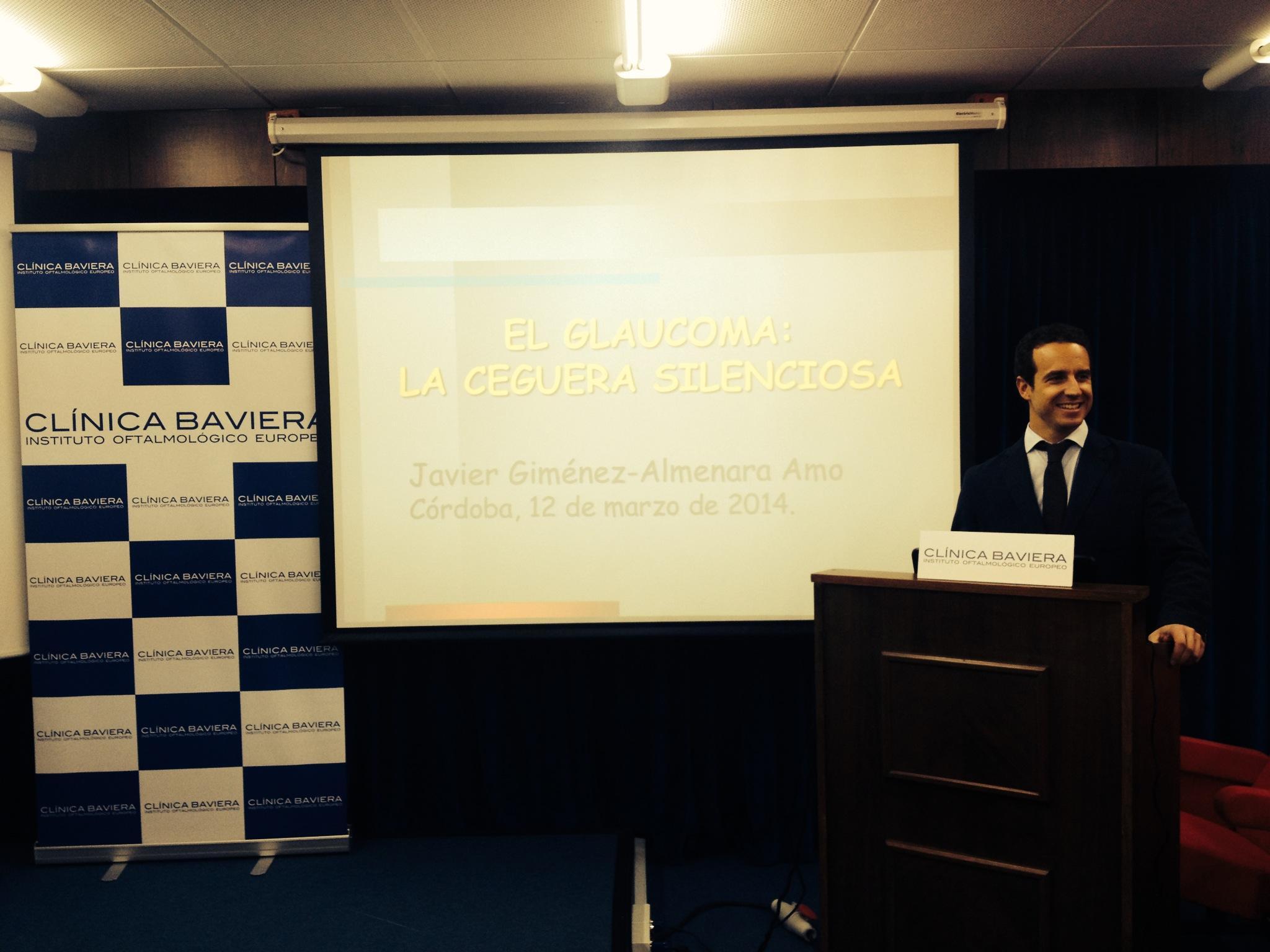 Dr. Javier Giménez-Almenara durante una charla sobre el glaucoma