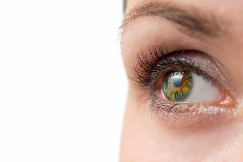 Primer plano de ojo verde mirando de lado