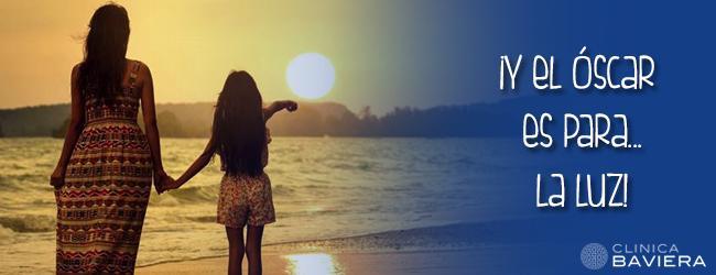 Ilustración niña y mujer mirando el amanecer en la playa