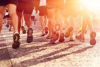 Grupo de corredores al sol