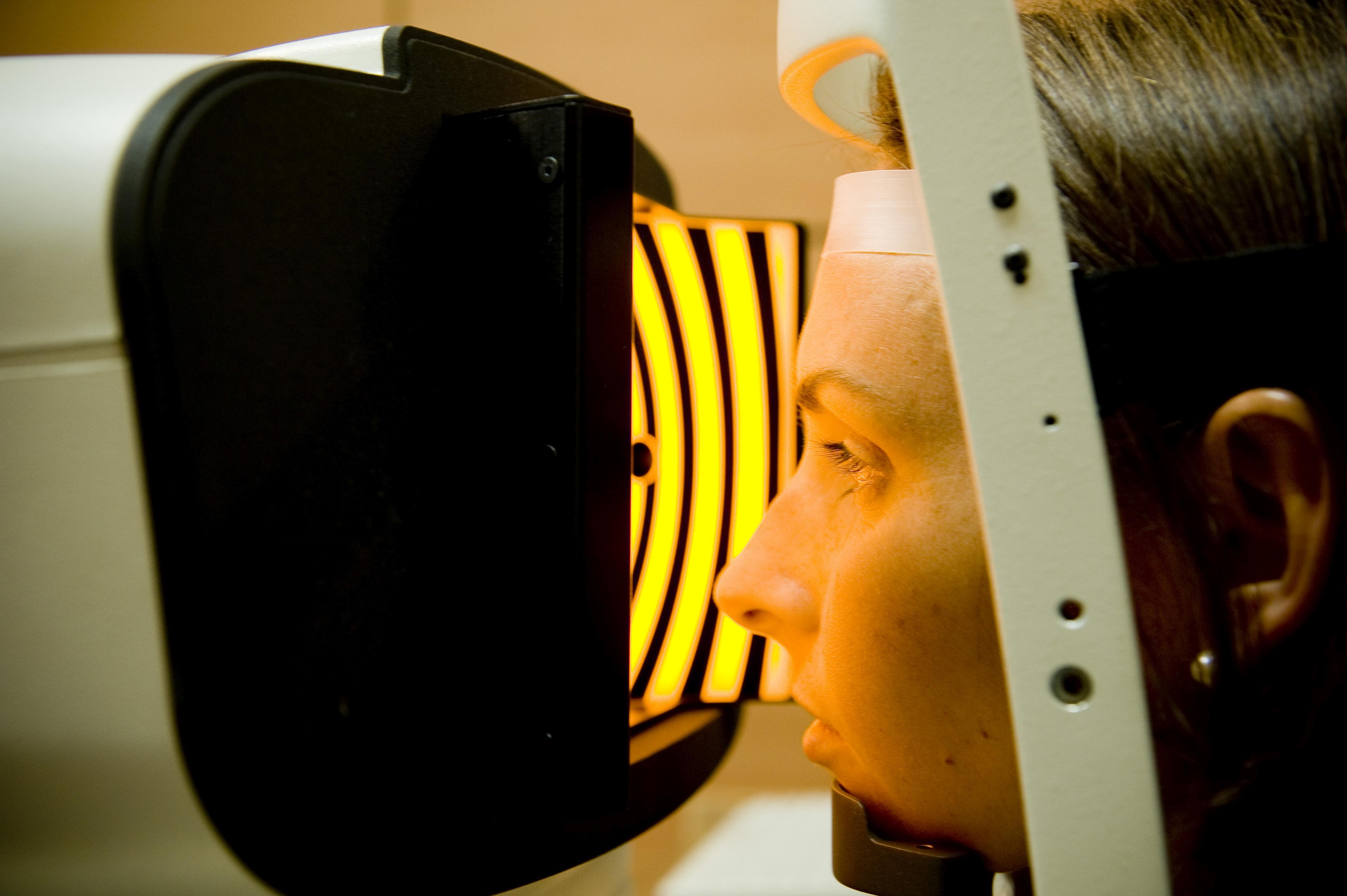 Paciente durante una prueba en una clínica oftalmológica