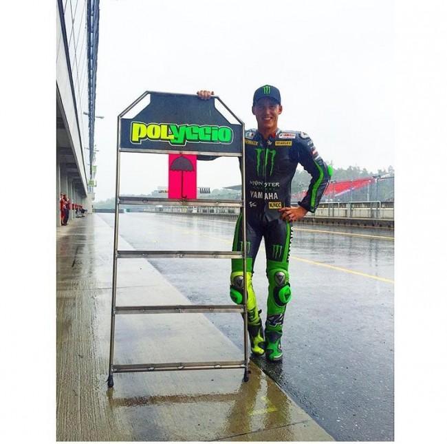 Pol Espargaró posando en una pista mojada