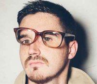 Primer plano hombre con barba con gafas rotas