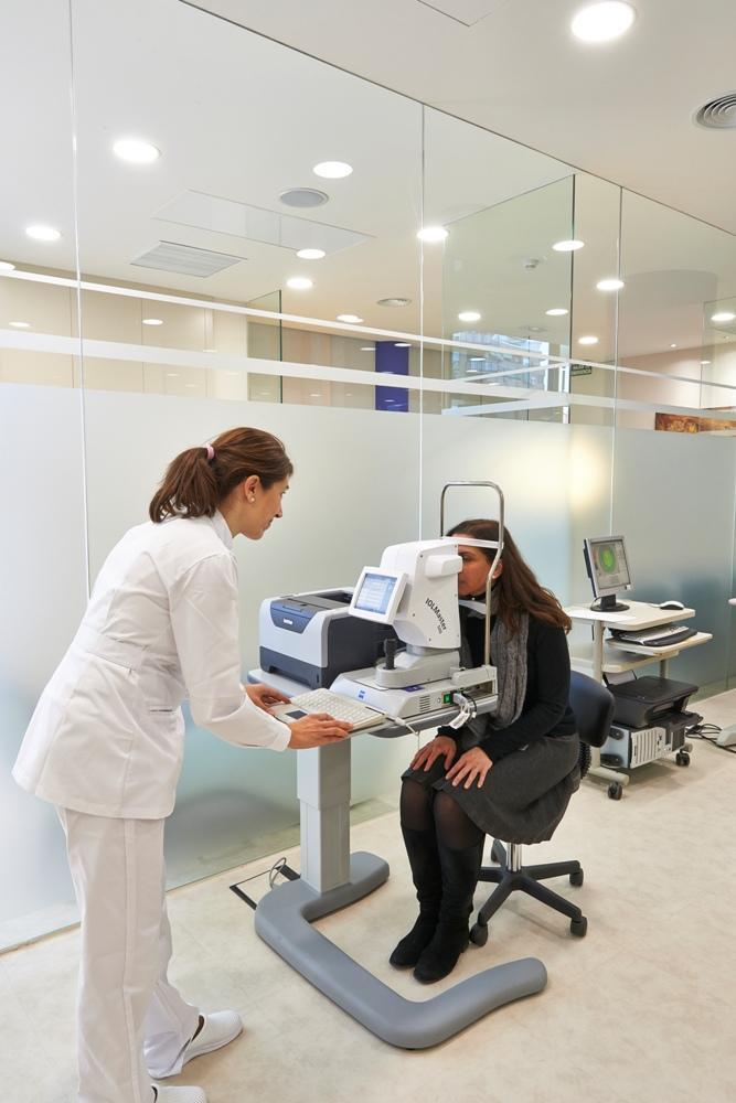 Prueba oftalmológica en Clínica Baviera Alicante