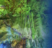 Cueva con reflejos de colores