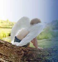 Cupido sentado en una piedra