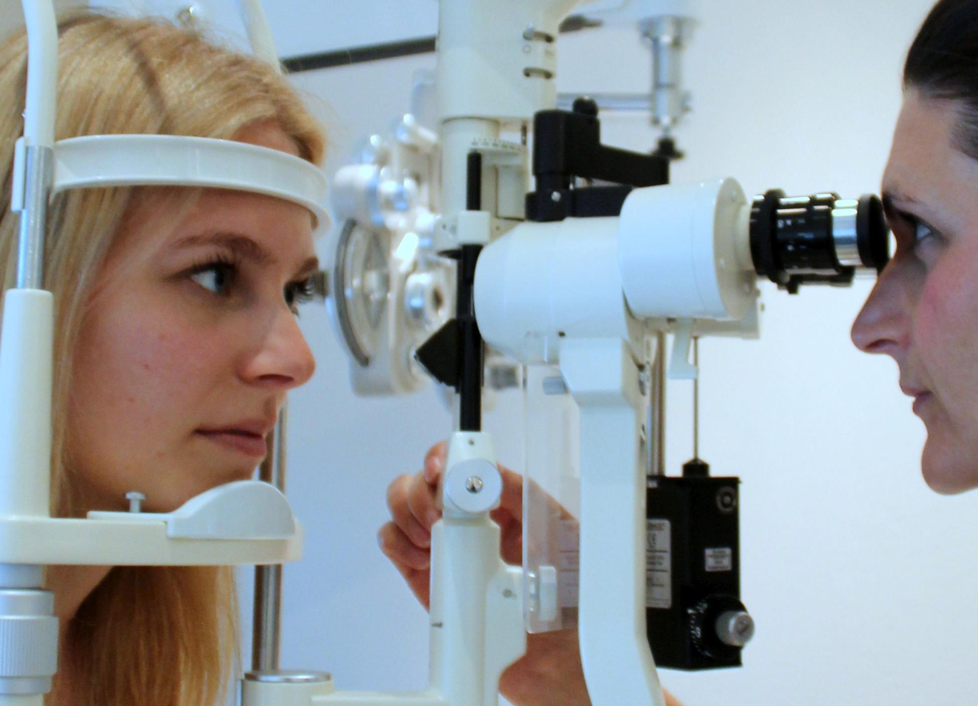 Paciente durante prueba en lámpara de hendidura