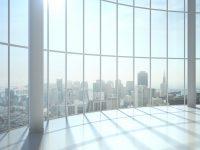 Ventanal vidriera vista sobre edificios