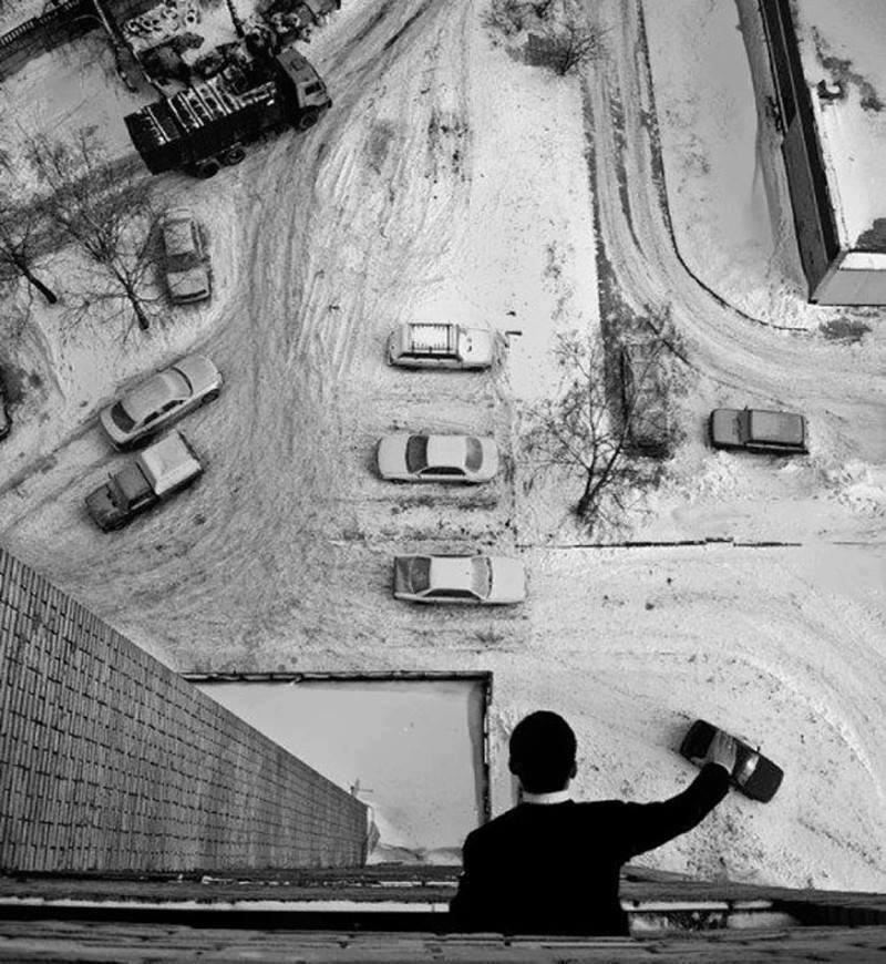 Ilusión óptica hombre manejando coches
