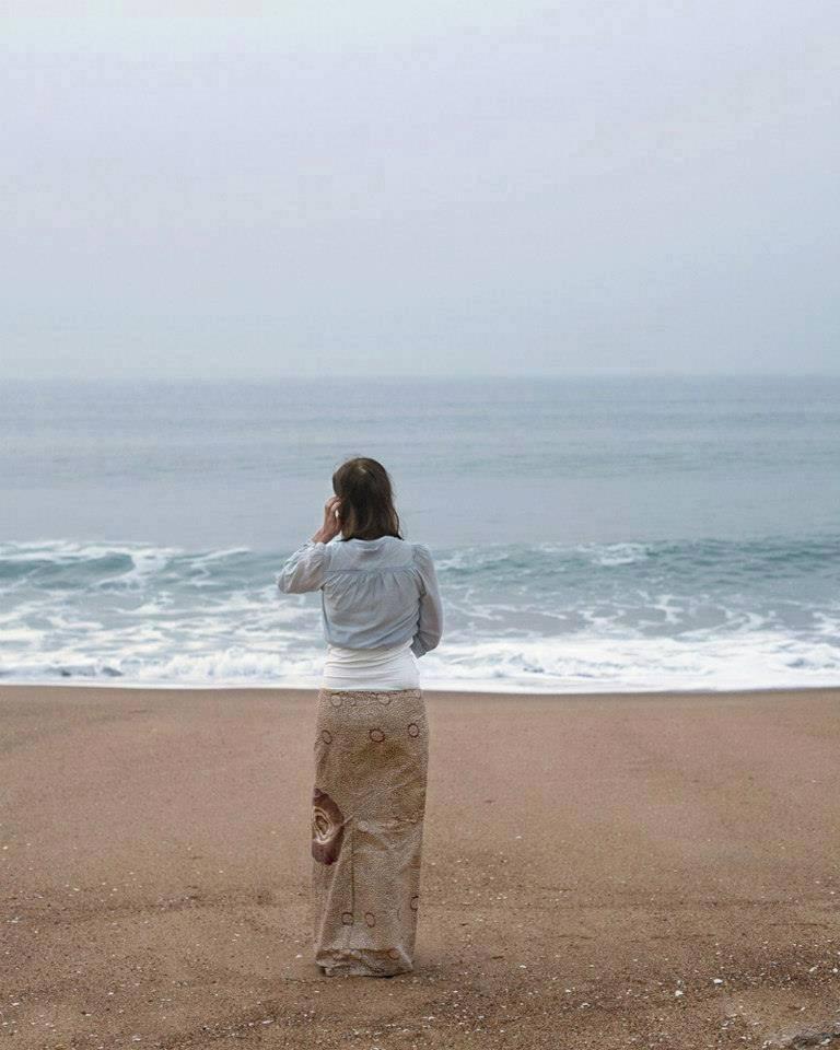 Ilusión óptica mujer en la playa