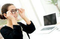 Mujer con chaqueta negra poniéndose unas gafas