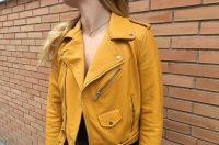 Mujer rubia con chaqueta amarilla