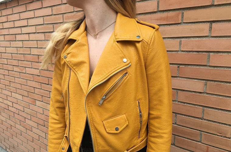Chica con chaqueta amarilla de Zara