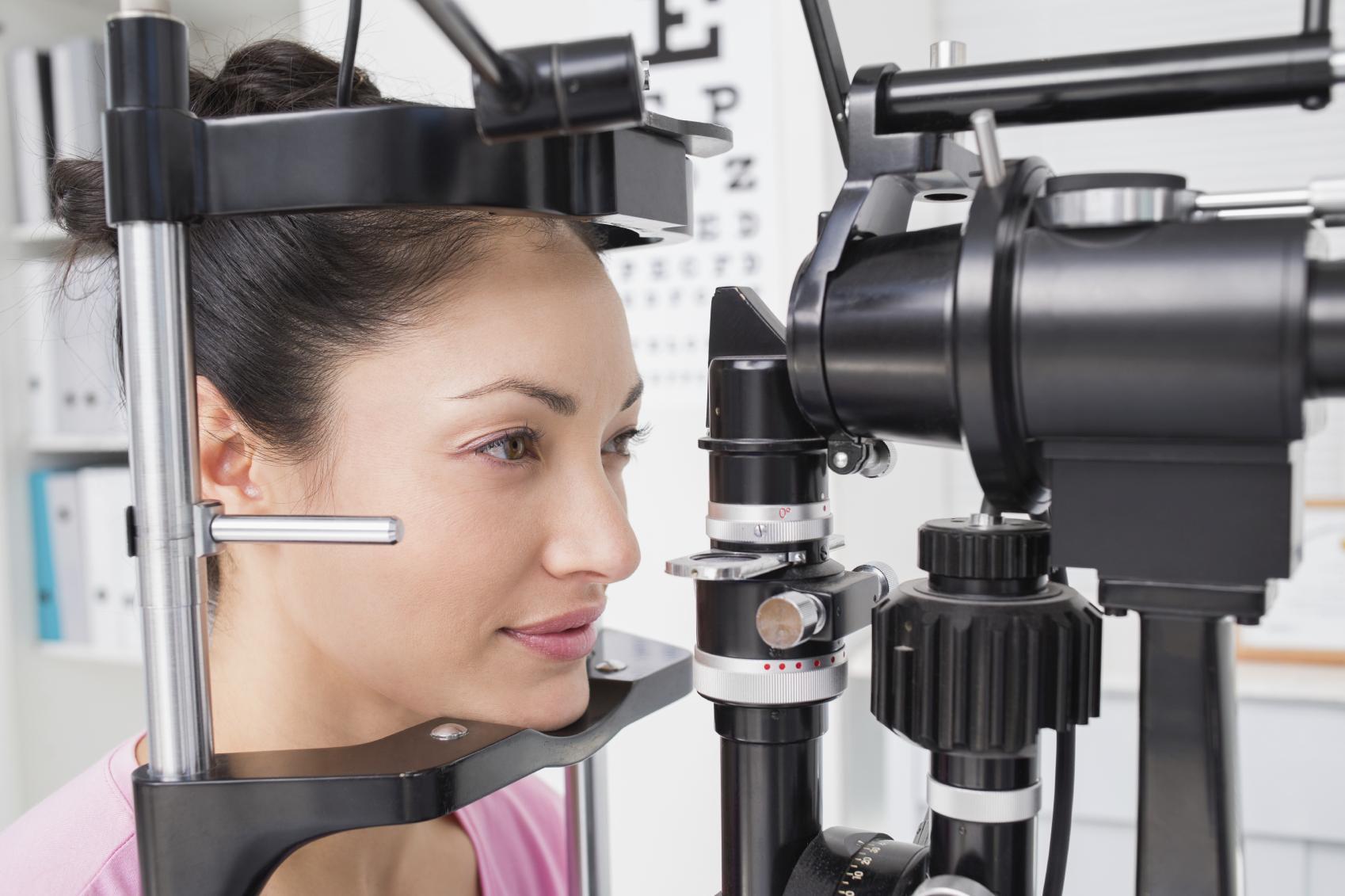 Mujer morena durante prueba oftalmológica
