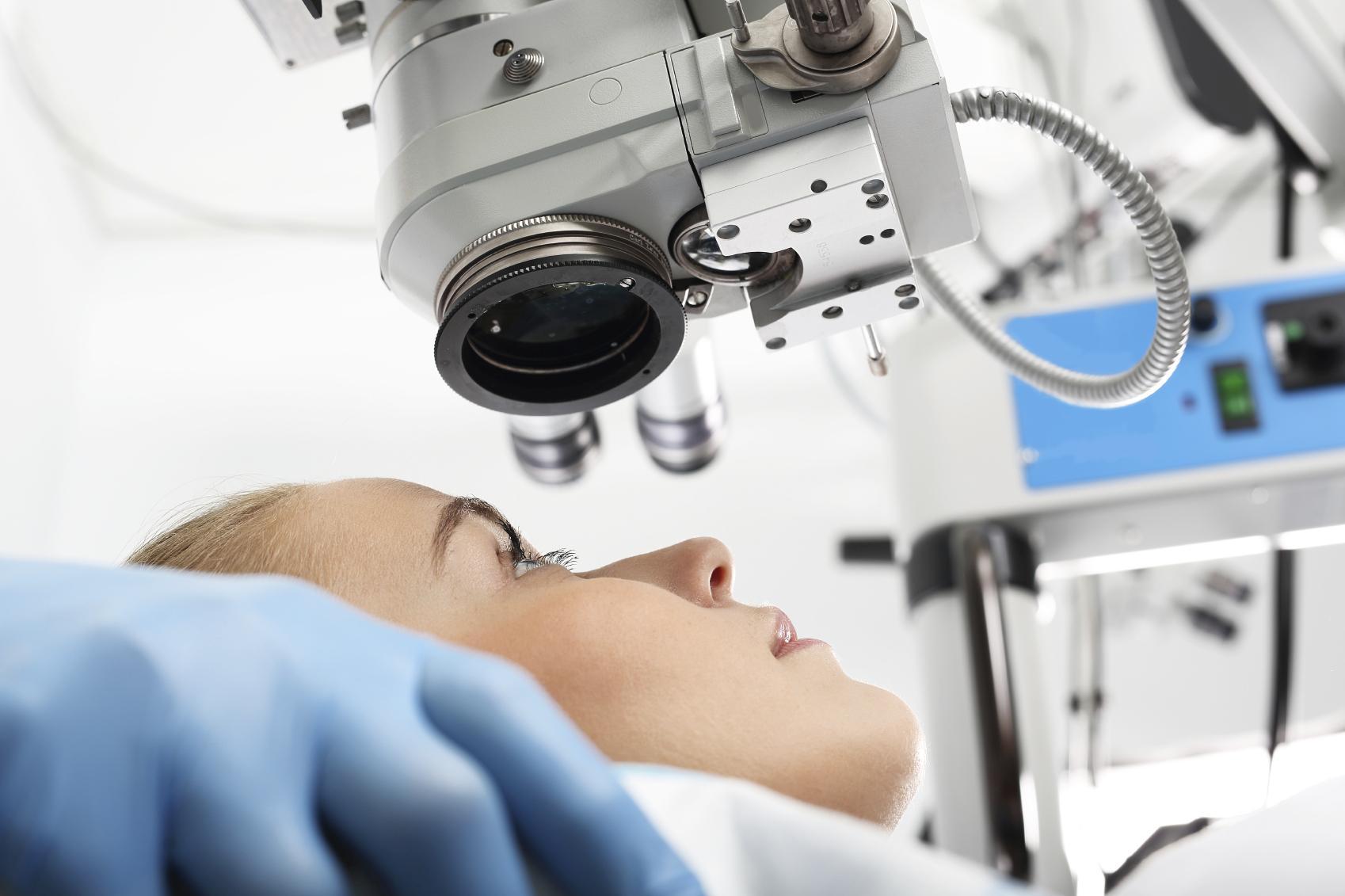 Mujer rubia de perfil en quirófano de cirugía refractiva