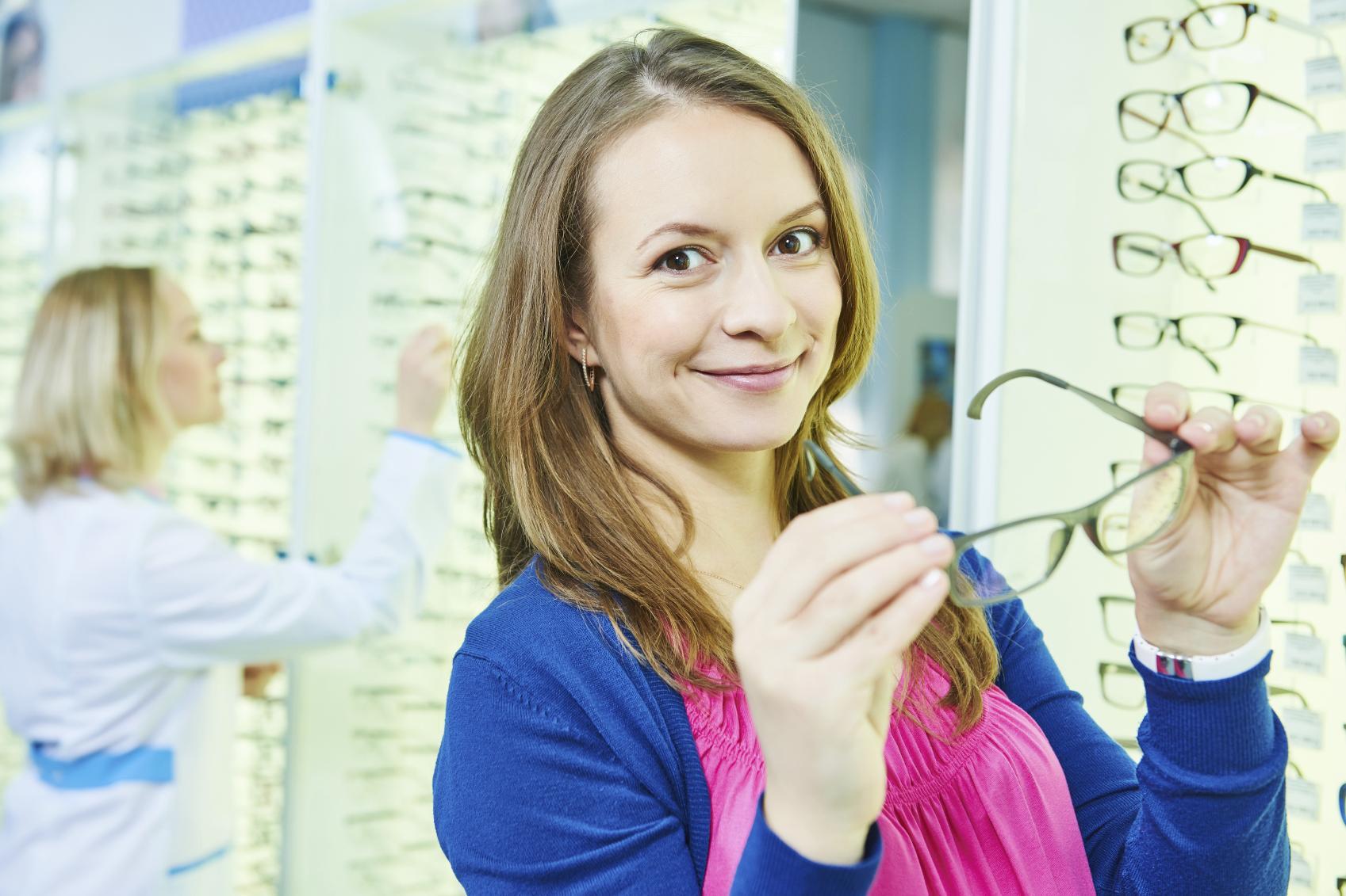 Mujer probándose unas gafas en una óptica