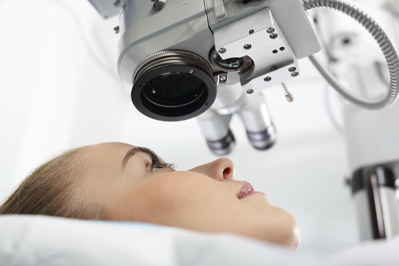 Mujer tumbada en camilla en quirófano de oftalmología