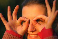 Mujer rodeándose los ojos con los dedos