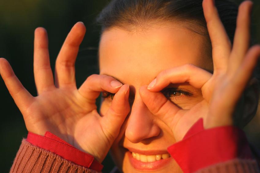 Chica formando unas gafas con sus manos