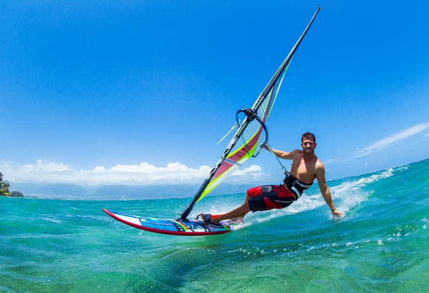 Hombre haciendo windsurfing
