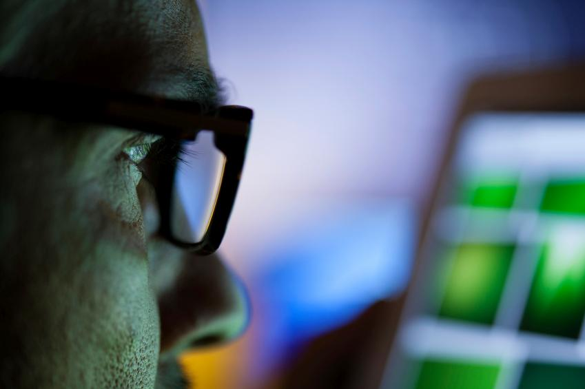 Hombre con gafas mirando a pantalla
