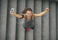 Mujer corredora celebra victoria