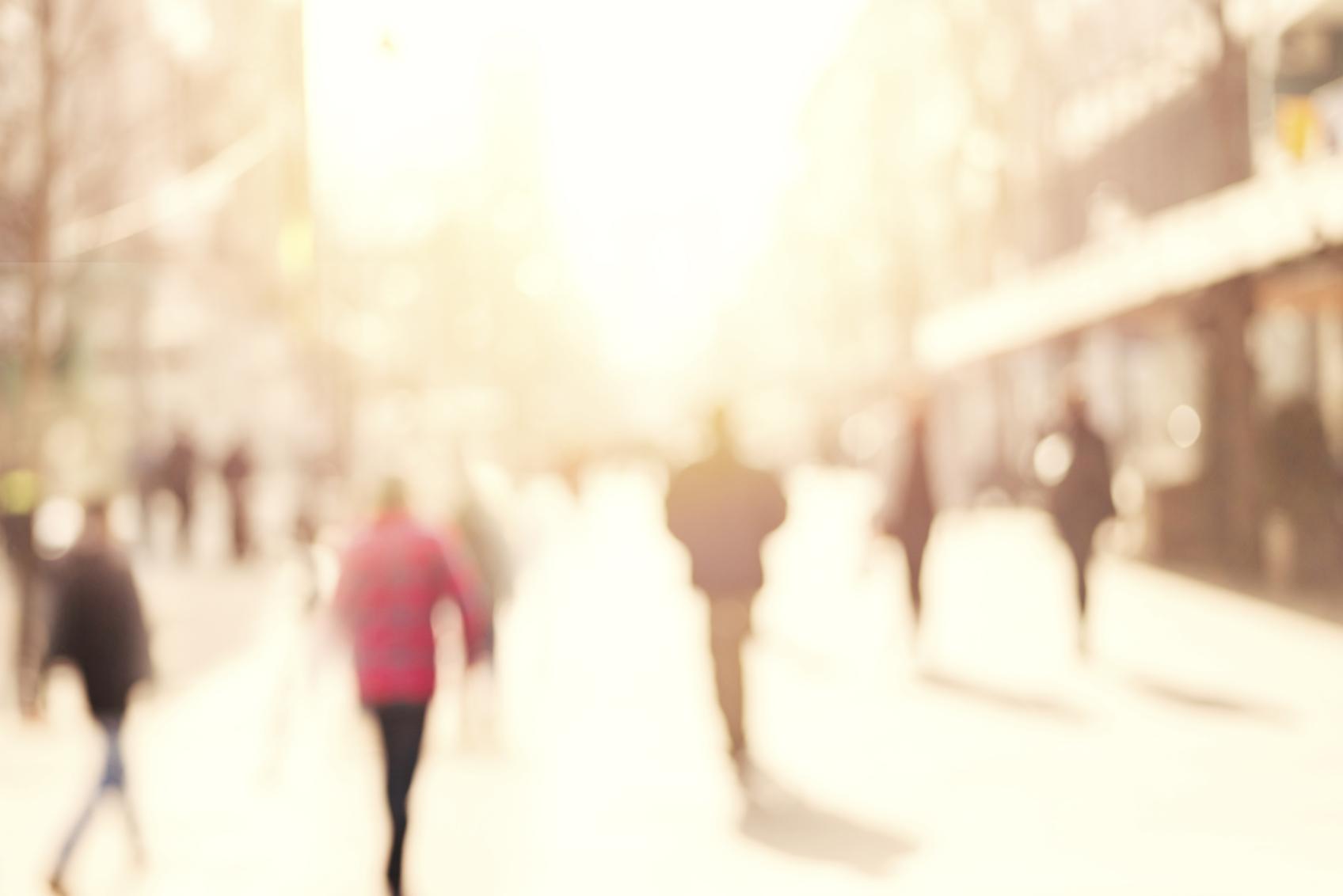 Imagen borrosa de una calle con personas