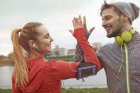 Hombre y mujer chocando las manos deporte