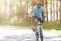 Hombre con camiseta azul montando en bicicleta