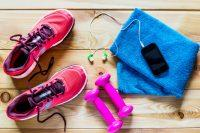 Zapatillas, pesas, auriculares y toalla