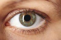 Primer plano ojo verde y azul muy abierto