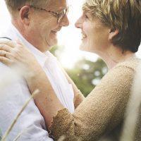 Hombre y mujer maduros abrazándose
