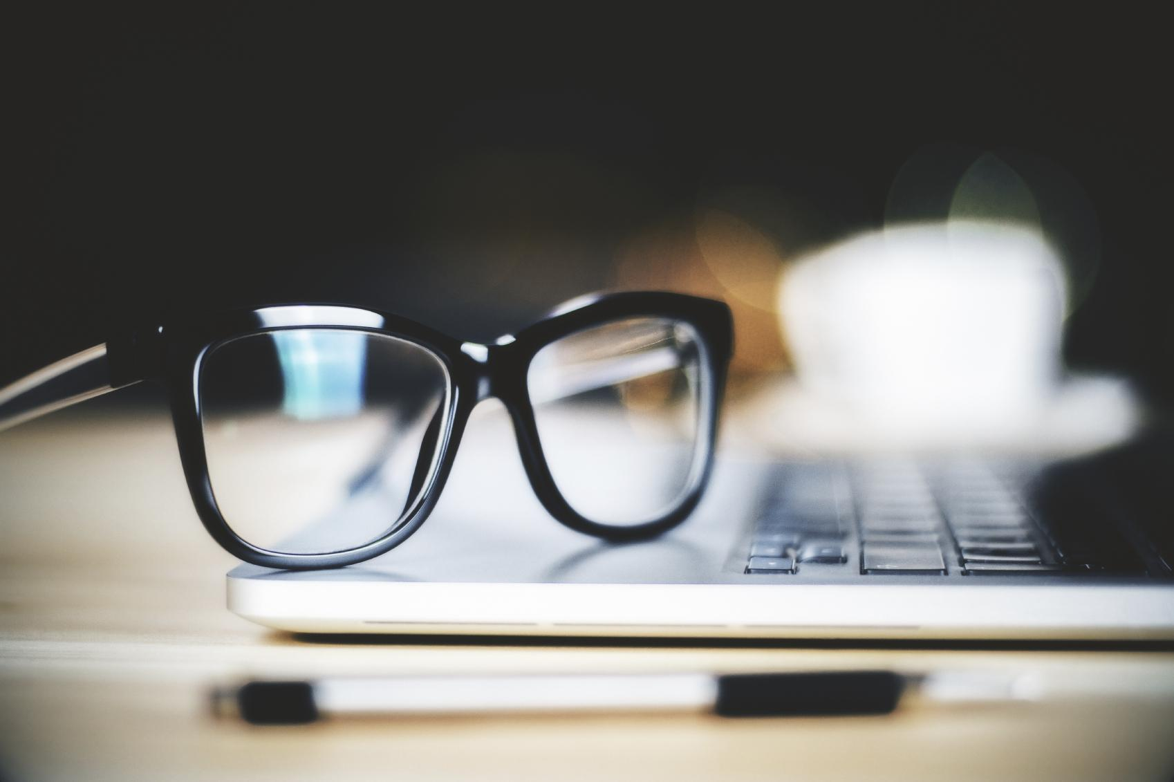 Gafas sobre teclado de ordenador