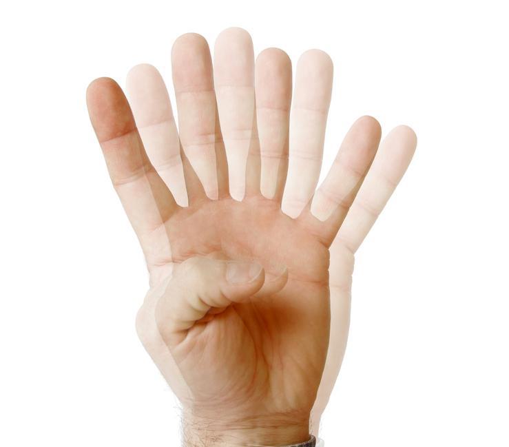 Mano borrosa indicando un cuatro