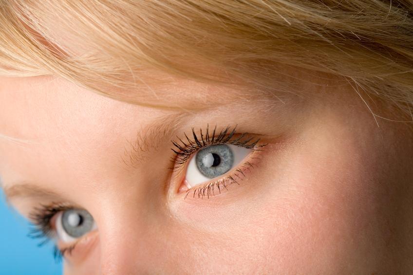Primer plano de ojos azules de mujer rubia