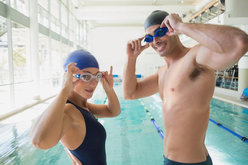 Hombre y mujer poniéndose las gafas de natación