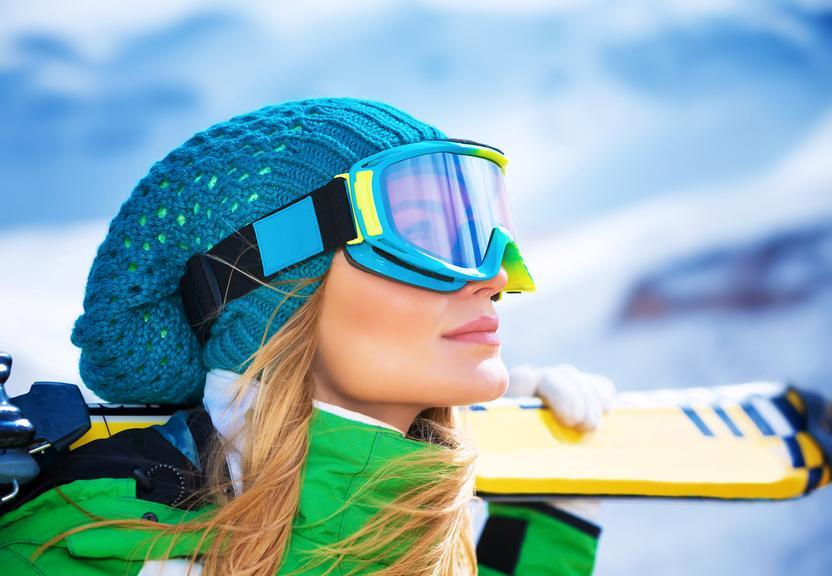Mujer rubia haciendo esquí