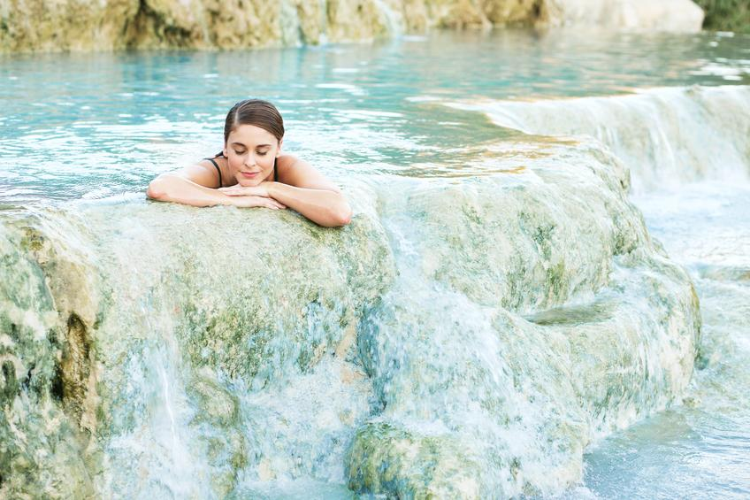 Mujer en aguas termales