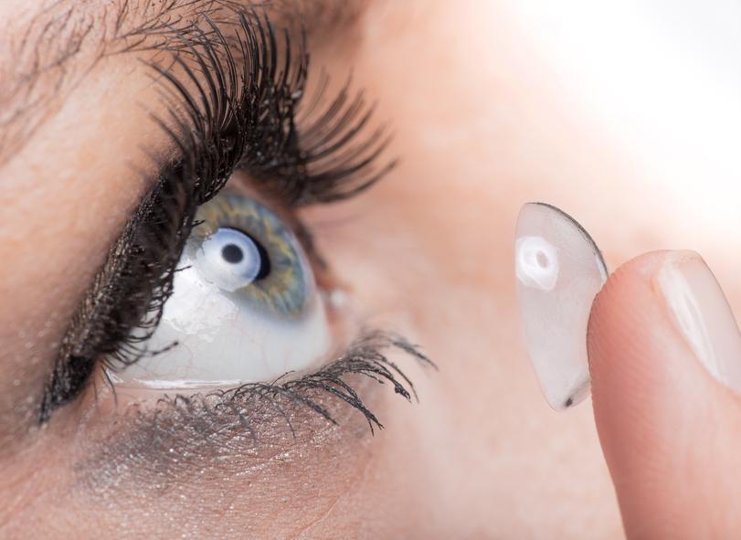 Mujer poniéndose una lentilla en el ojo