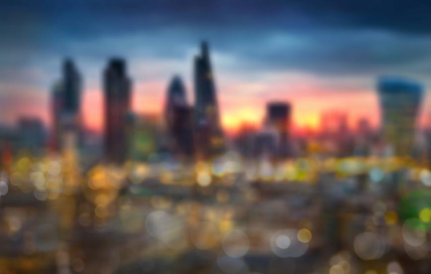 Vista borrosa de ciudad al atardecer