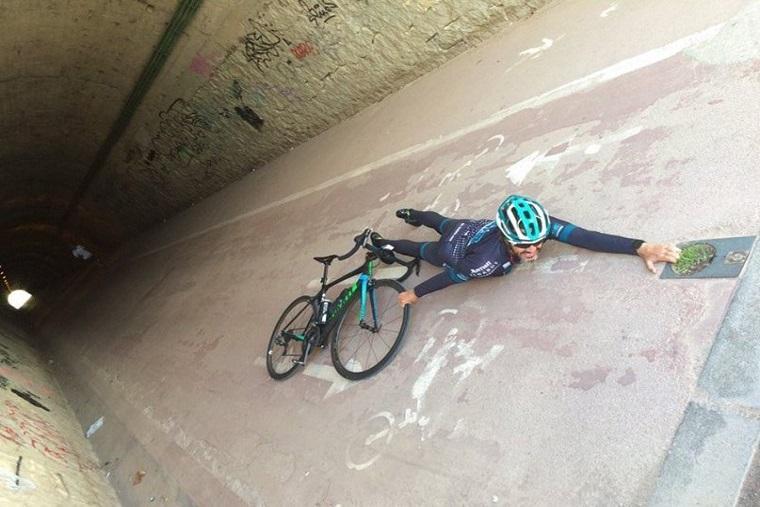Ciclista tumbado en el suelo