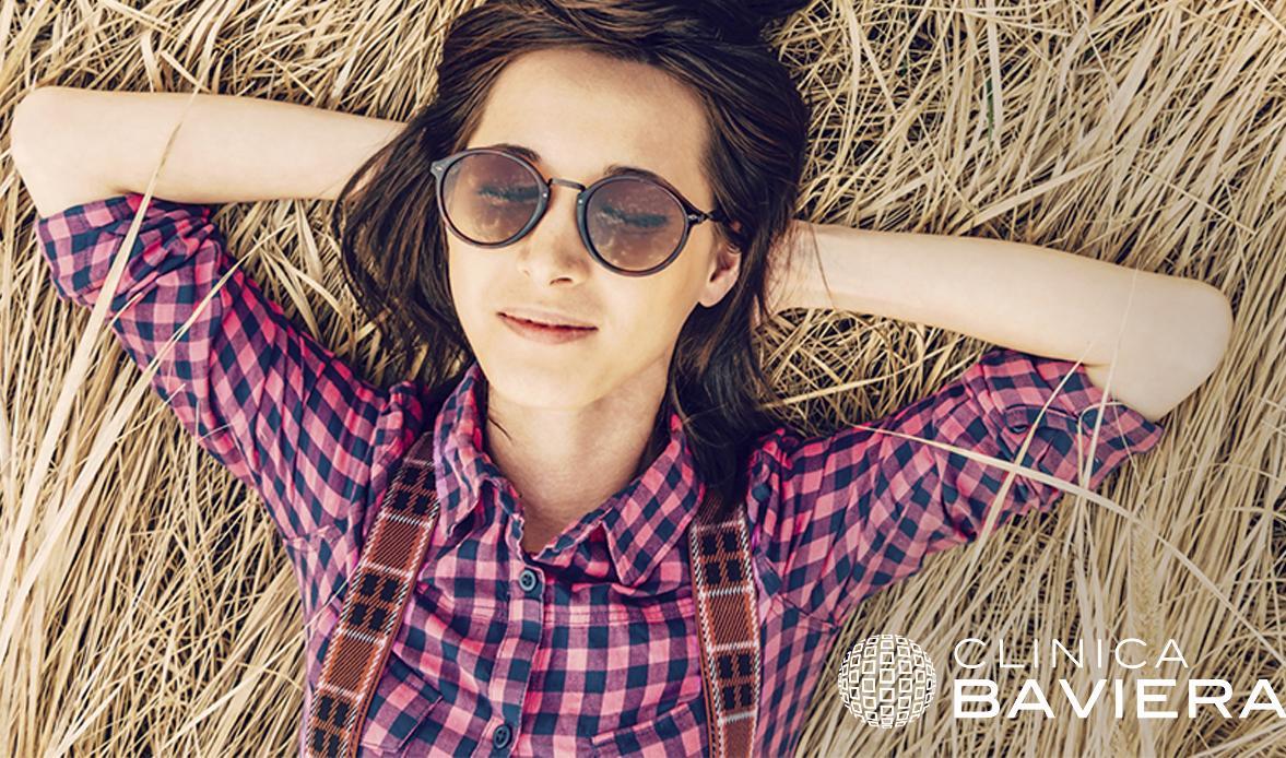 Chica con camisa a cuadros tumbada en la hierba